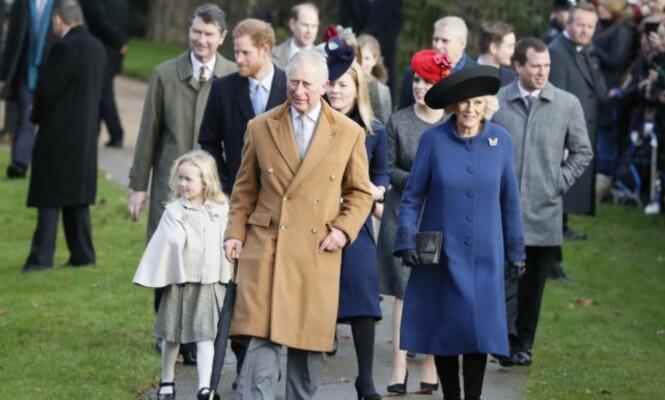 <strong>I TUR OG ORDEN:</strong> Ved ankomst på Sandringham, må familiemedlemmene forholde seg til fastlagte tider. Her er prins Charles og hertuginne Camilla (foran) på vei til fjorårets julegudstjeneste til fots - som vanlig. Foto: AP / NTB Scanpix