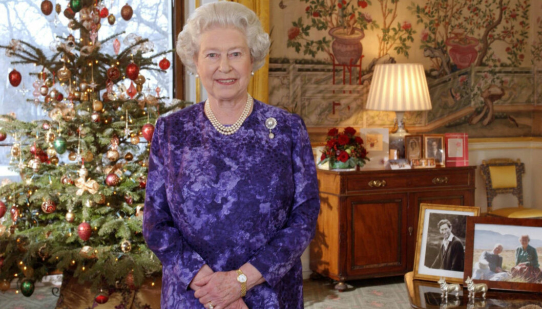 <strong>TO JULETRÆR:</strong> Ifølge Darren McGrady har kongefamilien to juletrær i spisesalen på Sandringham - ett ekte, og ett falsk sølvtre, som er over 30 år gammelt.Her er dronningen avbildet på Buckingham palace før jul i 2004. Foto: AP / NTB Scanpix