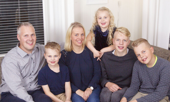 STOR FEIRING: Thomas og Lene Gjerde Sætren fra Svelgen innrømmer at det er spesielt å ha to barn med fødselsdag på julaften. Her er de med barna Kristoffer, Daniel, Adrian og Lilly. Foto: Svend Aage Madsen, Se og Hør.