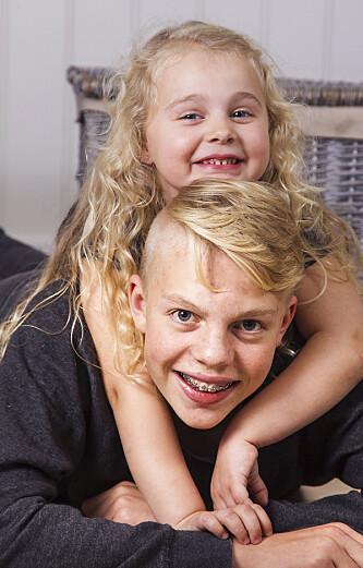 JULEGLEDE: Søskenparet Lilly og Kristoffer gleder seg bestandig til julaften. Med fødselsdag 24. desember er dette den store pakke-dagen for dem begge. Foto: Svend Madsen.