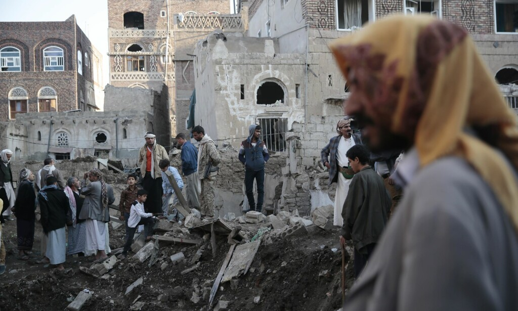 BOMBER OG DØD: Mer enn 10 000 personer har blitt drept siden den saudi-ledete koalisjonen startet krigen mot houti-regimet som styrer hovedstaden Sanaa, i mars 2015. Her står folk i husruinene etter et saudi-angrep i hovedstaden, like før jul. Foto: Hani Mohammed / Scanpix