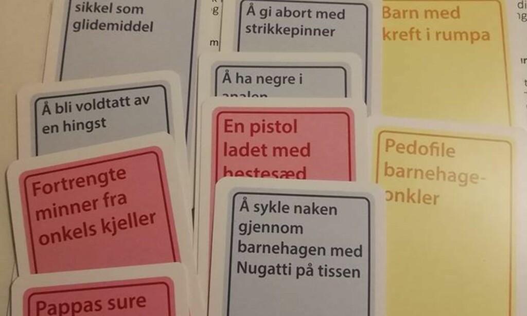POLITISK UKORREKT: Et utvalg av kortene som hører til utvidelsespakka til spillet «Politisk ukorrekt». - Dette langt fra de verste kortene, skriver Gunnhild Folgerø på Facebook. Foto: Gunnhild Folgerø / Facebook