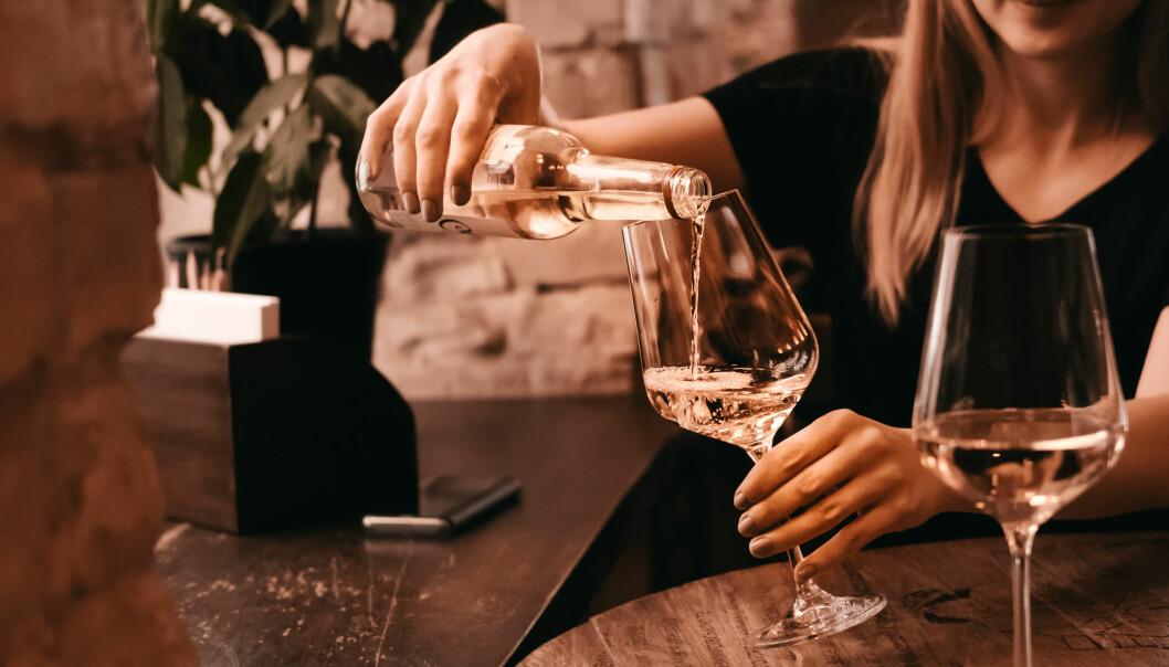 DRIKKE FOR MYE: Anledningene for å kunne ta seg et glass eller tre dukker opp som perler på en snor i disse dager. Unnskyldningene og bortforklaringene like så. Men hva er egentlig innafor? FOTO: NTB Scanpix