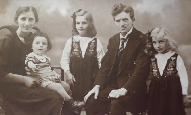 DET SISTE BILDET: Dette familiefotografiet ble tatt i august 1927 kort tid før Richard Wiebach dro til Amerika. Freddie (midten) er 7,5 år, søsteren Ruth er 6 år og lillebror Bjørn Hermann er 2 år. Foto: Privat
