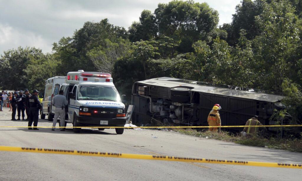 ULYKKE: Tolv mennesker mistet livet og 18 ble skadd da en buss med turister kjørte av veien og veltet i Mexico tirsdag. Foto: Novedades de Quintana Roo / AP / NTB scanpix