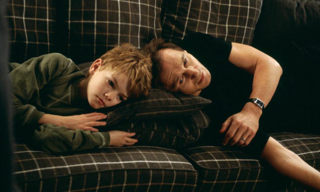 KJÆRLIGHET: Forholdet mellom rollene Sam og Daniel smelter mange julehjerter år etter år. Fra venstre Thomas Brodie-Sangster og Liam Neeson. Foto: NTB Scanpix