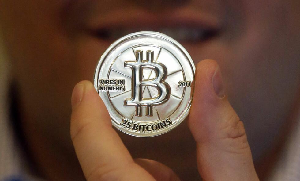 HVEM STÅR BAK: Bitcoins har hatt en eventyrlig verdivekst, samtidig som det for mange er blitt et gyldig betalingsmiddel. Men ingen vet hvem den geniale oppfinnere Satoshi Nakamoto egentlig er. Det anslås at Nakamoto nå er blant verdens rikeste mennesker. Foto: Rick Bowmer / AP / NTB Scanpix