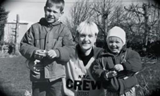 BARNDOM: Christopher med mor og lillesøster, Cheryl, en gang på 1980-tallet. Foto: Privat