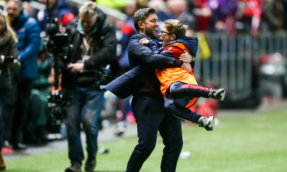 VISSTE IKKE HVOR HAN SKULLE GJØRE AV SEG: Derfor tok Bristol City-manager Lee Johnson tak i den første han så, og det var ballgutten. Foto: Rogan/JMP/REX/Shutterstock/NTB Scanpix