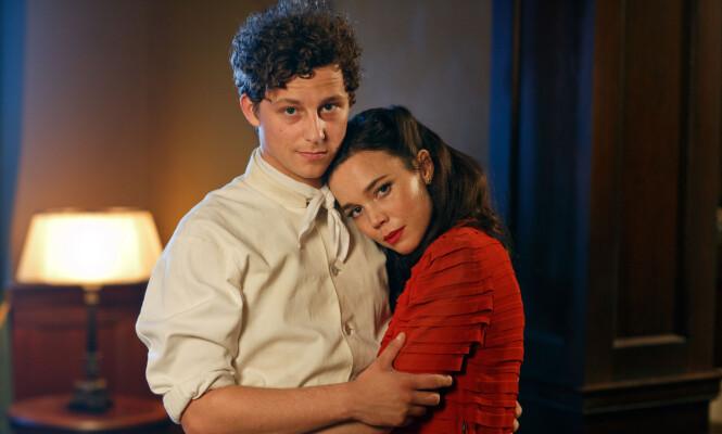 SUKSESS: Amy er kjæreste med den svenske skuespilleren Charlie Gustafsson. Han spiller i TV-serien «Vår tid er nå» som i disse dager går på NRK. Her med motspiller Hedda Stiernstedt. Foto: NRK