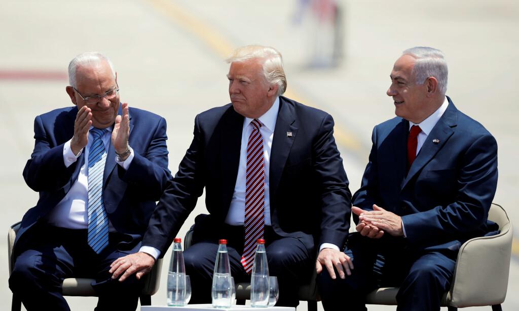 GODE VENNER: Donald Trump truer med å kutte den økonomiske støtten til land som stemmer for en FN-resolusjon som kritiserer presidentens Jerusalem-avgjørelse. Her er Trump avbildet sammen med Israels statsminister Benjamin Netanyahu (høyre) og Israels president Reuven Rivlin (venstre) under Trumps besøk til Tel Aviv i mai i år. Foto: Amir Cohen   / Reuters / NTB Scanpix