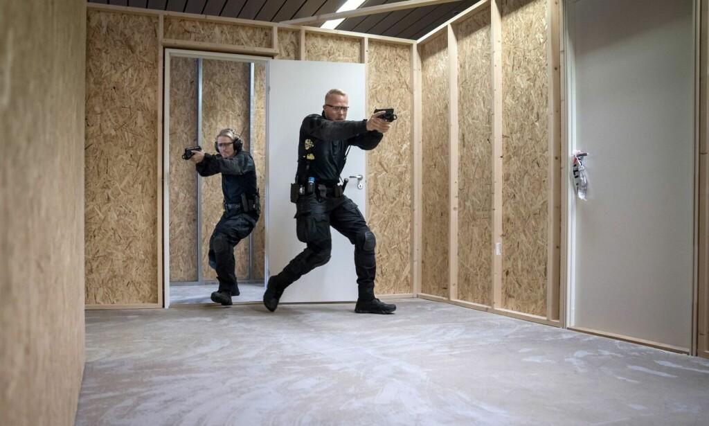 TRENING: PST-livvaktene Ellen og Svein Erna trener på det verst tenkelige. Foto: Øistein Norum Monsen