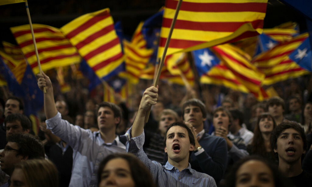 KAN FÅ FLERTALLET: Valgdagsmålingen til La avisa Vanguardia viser at partier som ønsker et selvstendig Catalonia får flertallet i dagens valg. Foto: Emilio Morenatti / AP / NTB scanpix
