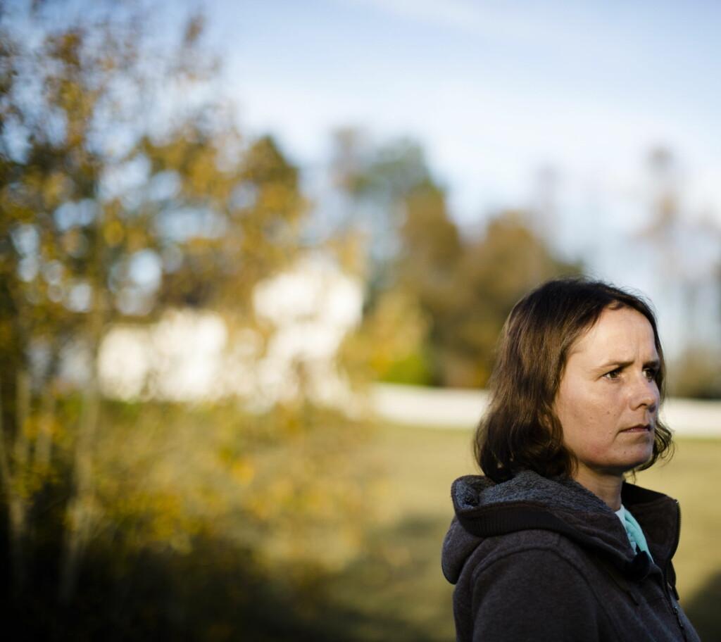 Hva prioriterer du når du har fått vite at du skal dø snart?  Kristine Bøhler (mørkt hår) har fått diagnosen ALS, som det ikke fins godkjent behandling for i Norge. Gradvis brytes de motoriske nervecellene ned, men hun nekter å dø. I hverdagen er venninnen Cecilie Skalleberg er en verdifull støtte.   Journalist: Birgitte Hoff Lysholm