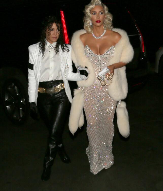GLADE I HALLOWEEN: Kourtney kledde seg ut som Michael Jackson, mens Kim gikk for en klassisk Madonna-look. Ingen av disse kostymene ble kritisert. Foto: Splash News, NTB scanpix
