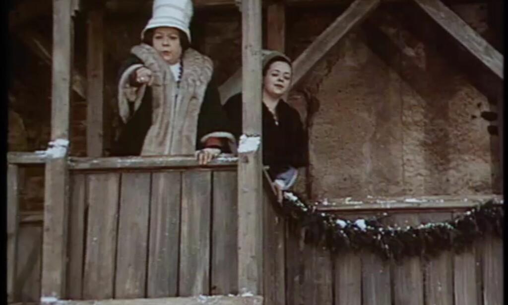 Sniktitt fra sesong åtte av «Game of Thrones», der mye av handlingen kretser rundt den nye kommandøren på Castle Black og hennes modernisering av uniformene til The Night's Watch. Stikkord (og spoileradvarsel): artige hatter. Foto: NRK
