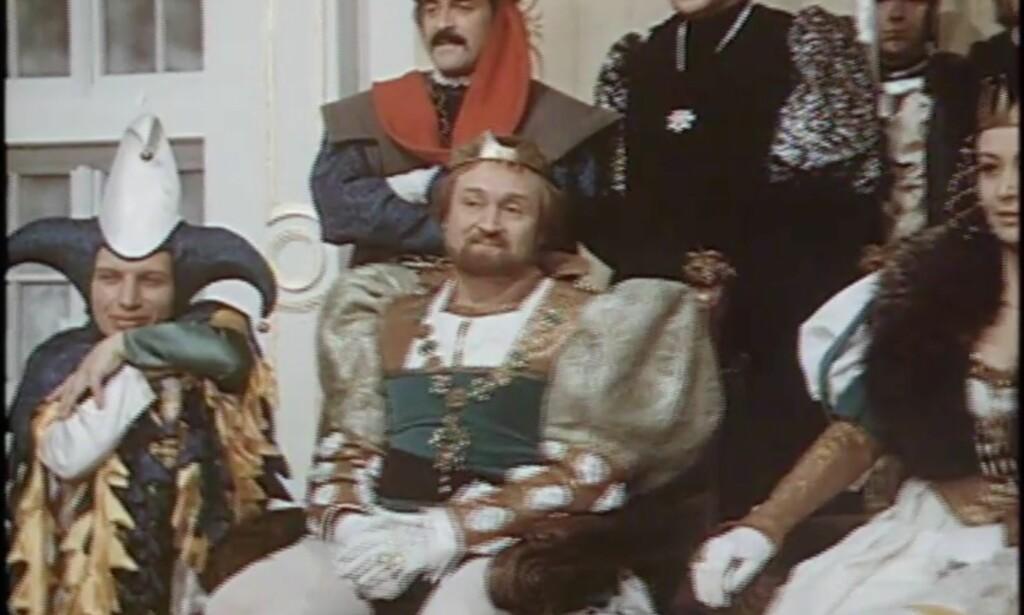 «Herre konge, som hoffnarr er dette en fornærmelse mot min profesjon. Du lovet at det bare skulle være meg som var kledd som en tulling her.» Foto: NRK