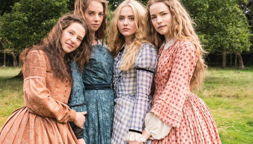 Familiestund med fire søstre: Fra venstre: «Beth» (Annes Elwy), «Jo» (Maya Hawke), «Amy» (Kathryn Newton) og «Meg» (Willa Fitzgerald) vokser opp under den amerikanske borgerkrigen. Foto: NRK