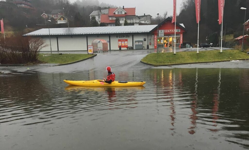 «BIRK»: Robin Bergtun på padletur i Isdalstø i Lindås kommune, som er rammet av ekstremværet. Foto: Privat
