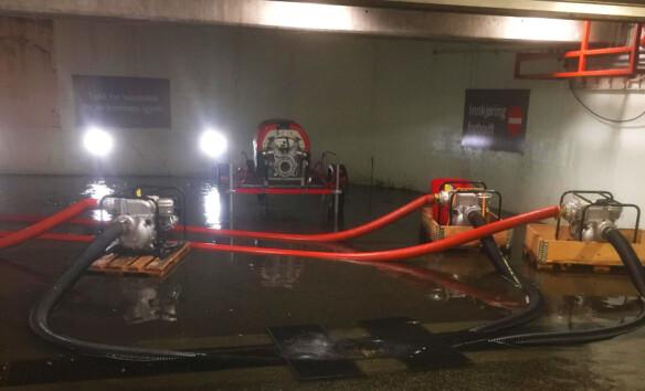BERGEN: I parkeringskjelleren til Åsane Storsenter stod grunnvannet høyt, så det ble brukt pumper for få det bort. Foto: Åsane Storsenter / NTB scanpix