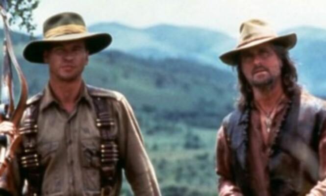 <strong>GODE VENNER:</strong> Val Kilmer og Michael Douglas har kjent hverandre i en årrekke. Her fra filmen «The Ghost And The Darkness» i 1996. Foto: NTB Scanpix