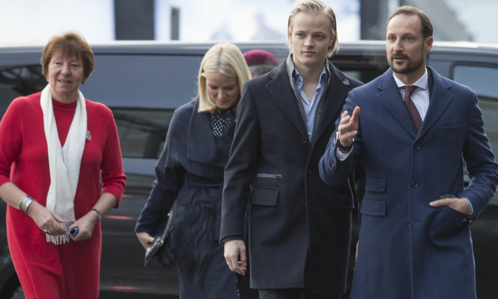 <strong>SAMLET TROPP:</strong> Ordfører Marianne Borgen, kronprinsparet og Marius Borg Høiby var alle til stede under julelunsjen på Egon søndag ettermiddag. Foto: NTB scanpix