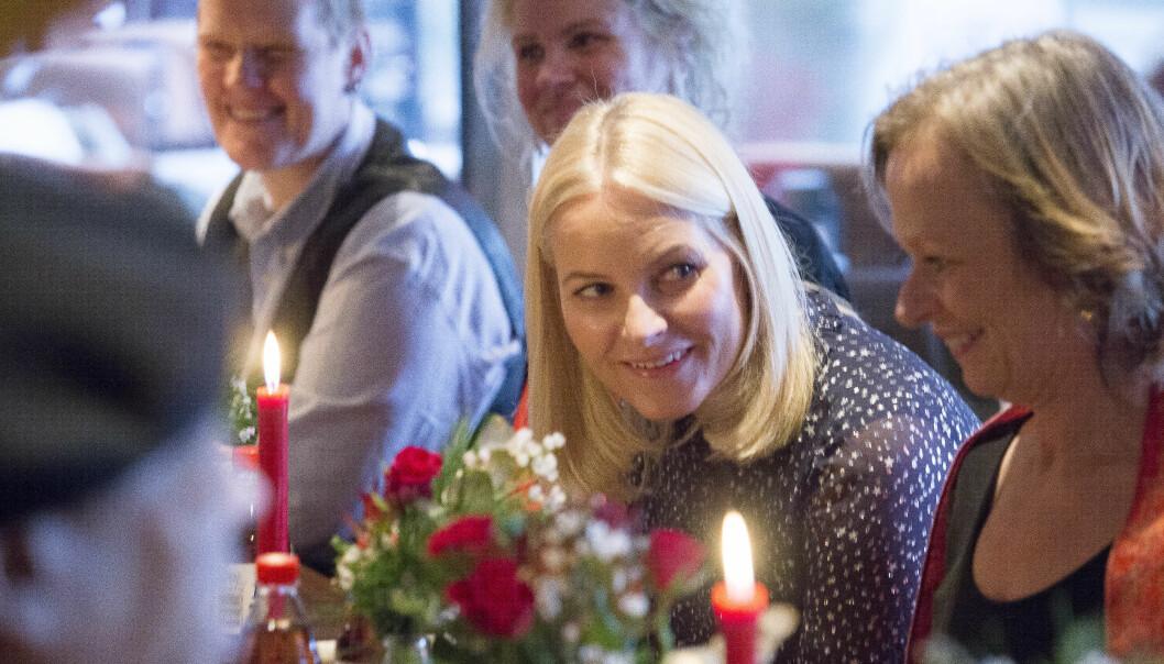 <strong>KOSTE SEG:</strong> Kronprinsesse Mette-Marit så ut til å hygge seg med de oppmøtte gjestene. Foto: NTB scanpix
