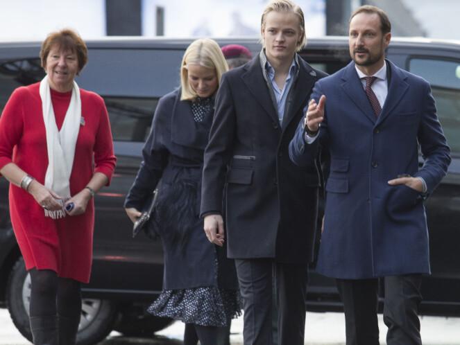 SAMLET TROPP: Ordfører Marianne Borgen, kronprinsparet og Marius Borg Høiby var alle til stede under julelunsjen på Egon søndag ettermiddag. Foto: NTB scanpix