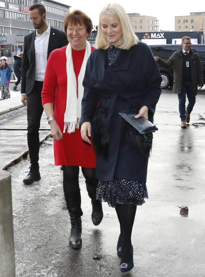<strong>JULEPYNTA:</strong> Marianne Borgen gikk for rødt, mens kronprinsessen valgte sort - med glitrende detaljer. Foto: NTB scanpix