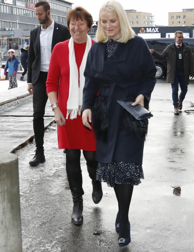 JULEPYNTA: Marianne Borgen gikk for rødt, mens kronprinsessen valgte sort - med glitrende detaljer. Foto: NTB scanpix