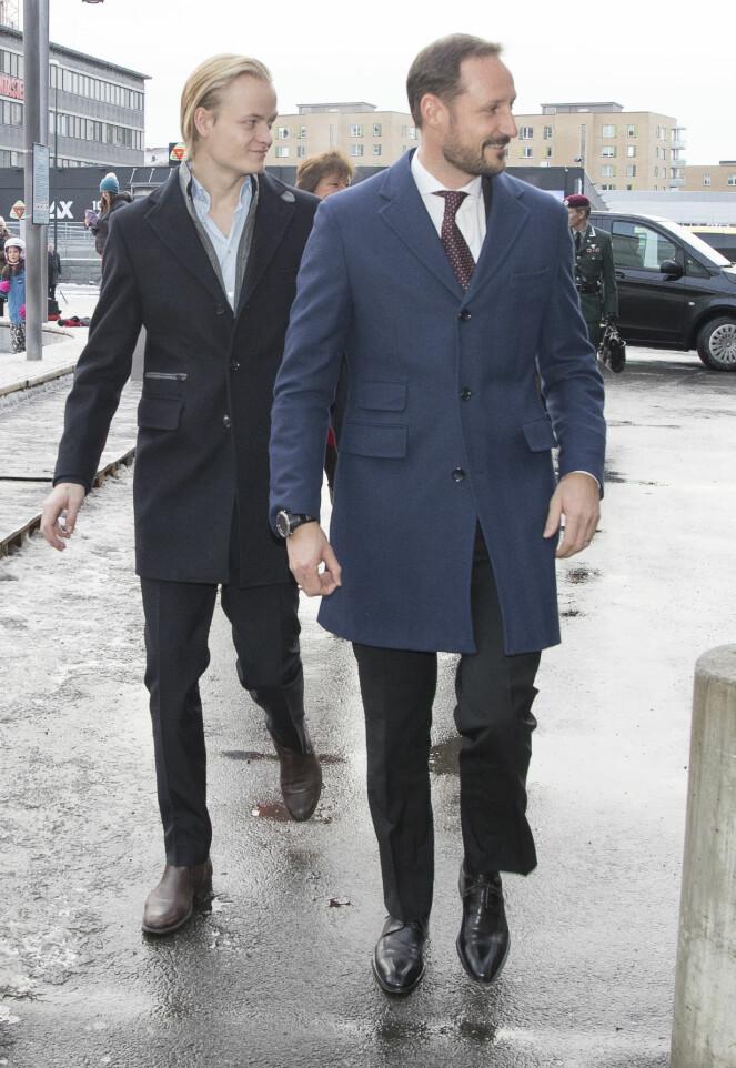 <strong>PENT KLEDDE:</strong> Marius Borg og kronprins Haakon gikk begge for dress, men hadde stylet antrekkene forskjellig. Etter lunsjen pratet kronprinsparet med gjestene på Egon. Foto: NTB scanpix