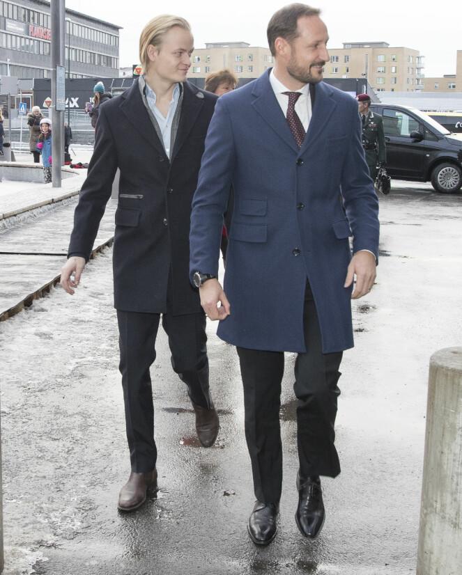 PENT KLEDDE: Marius Borg og kronprins Haakon gikk begge for dress, men hadde stylet antrekkene forskjellig. Etter lunsjen pratet kronprinsparet med gjestene på Egon. Foto: NTB scanpix