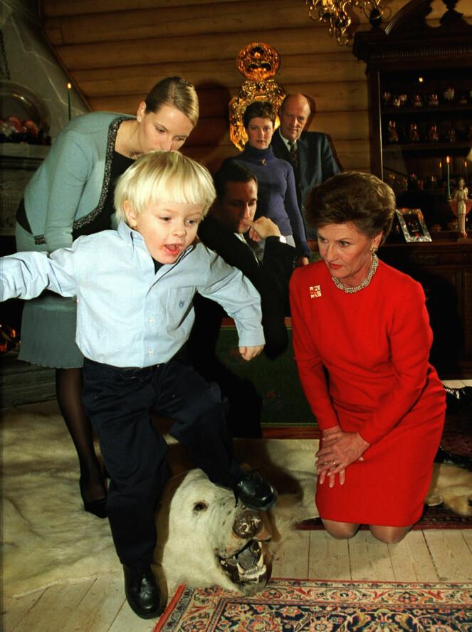 <strong>NOSTALGI:</strong> I 2000 feiret kongefamilien jul på Kongsseteren. Her er kronprinsessens sønn Marius Borg Høiby bare tre år gammel, og i full fart over isbjørnteppet.Foto: Erik Johansen / NTB scanpix