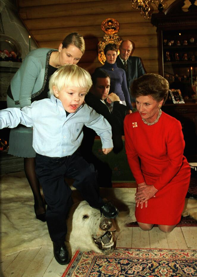 NOSTALGI: I 2000 feiret kongefamilien jul på Kongsseteren. Her er kronprinsessens sønn Marius Borg Høiby bare tre år gammel, og i full fart over isbjørnteppet.Foto: Erik Johansen / NTB scanpix