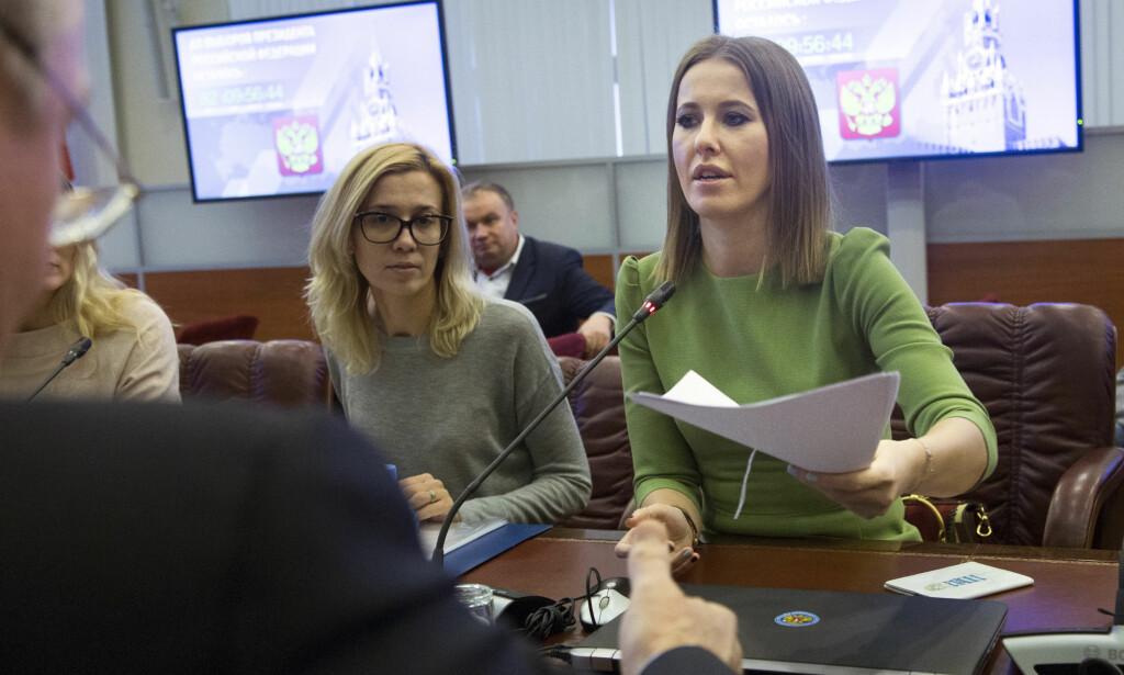 TV-PERSONLIGHET: Faren til Ksenia Sobtsjak (36) var en av Putins mentorer. Nå er hun en av presidentens utfordrere i presidentvalget i mars. Men analytikere mener hun ikke er noen reell utfordrer, og flere mener hun blir brukt for å øke oppmøtet. Hun er nominert som kandidat av opposisjonspartiet kalt Sivilt Initiativ. Foto: AP Photo/Ivan Sekretarev/NTB Scanpix
