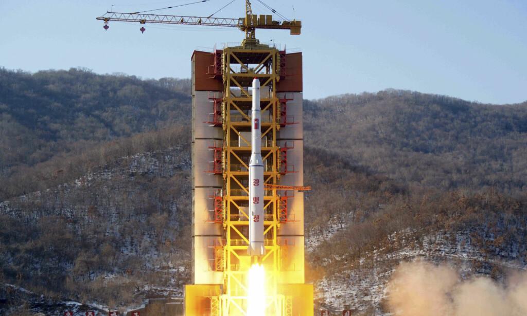 NY TEST: Avisa JoongAng Ilbo siterer ikke navngitte sørkoreanske tjenestemenn på opplysningene. Satellitten som angivelig skal skytes opp, er en nyutviklet versjon med navnet Kwangmyongsong-5. Satellitten har både kameraer og kommunikasjonsutstyr, skriver avisen tirsdag. Bildet viser oppskytinga av Kwangmyongsong-4 i 2016. Foto: KCNA