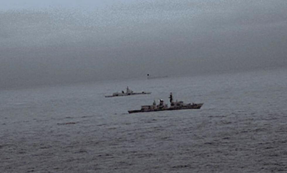 SKYGGET: Disse bildene fra et britisk helikopter viser fregatten som skygger det russiske krigsskipet. Foto: Royal Navy/REUTERS/NTB Scanpix