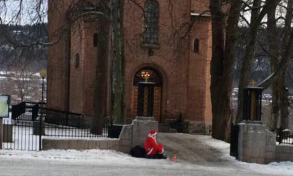JULAFTEN: Dette bildet, av en mann i nissedrakt som tigget etter penger, ble tatt utenfor Bryn kirke i Bærum julaften. Bildet ble delt på Facebook og førte til heftig debatt. Foto: Privat