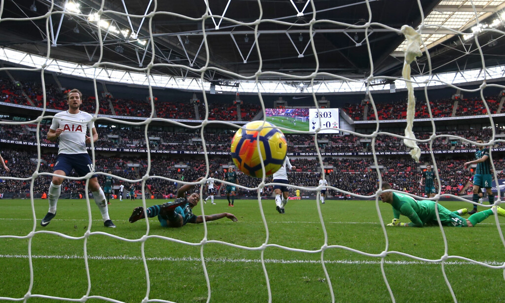 Tottenham Hotspur's Harry Kane (left) scores his side's second goal of the game during the Premier League match at Wembley, London. Foto: NTB Scanpix