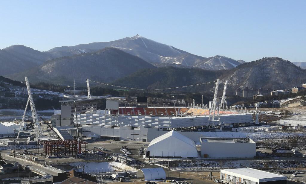 HER BLIR DET VINTER-OL: OLs åpningsseremoni foregår her på den olympiske stadion i Pyeongchang fredag 9. februar. de første øvelsene starter torsdag 7. februar. Dette bildet er tatt 12. desember. Foto: Ahn Young-joon, AP/NTB Scanpix.