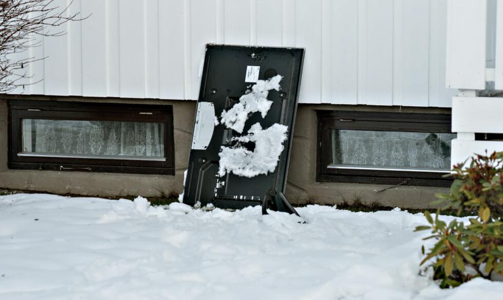 TVER KASTET UT: Ifølge politiet har to TVer blitt kastet ut av vinduer i løpet av festen. Foto: Øistein Norum Monsen/Dagbladet.