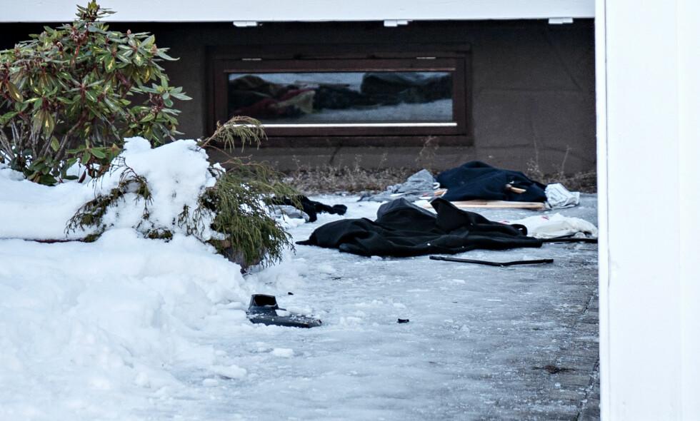 HÆRVERK: Politi måtte rykke ut til fest som gikk over styr på Nes på Romerike. Utenfor huset ligger klær og Tv-apparater slengt i hagen. Foto: Øistein Norum Monsen/Dagbladet.