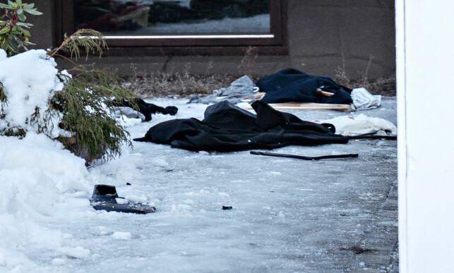 KLÆR LIGGER STRØDD: Politiet har opprettet sak etter at et hus nærmest ble rasert i natt. Foto: Øistein Norum Monsen/Dagbladet.