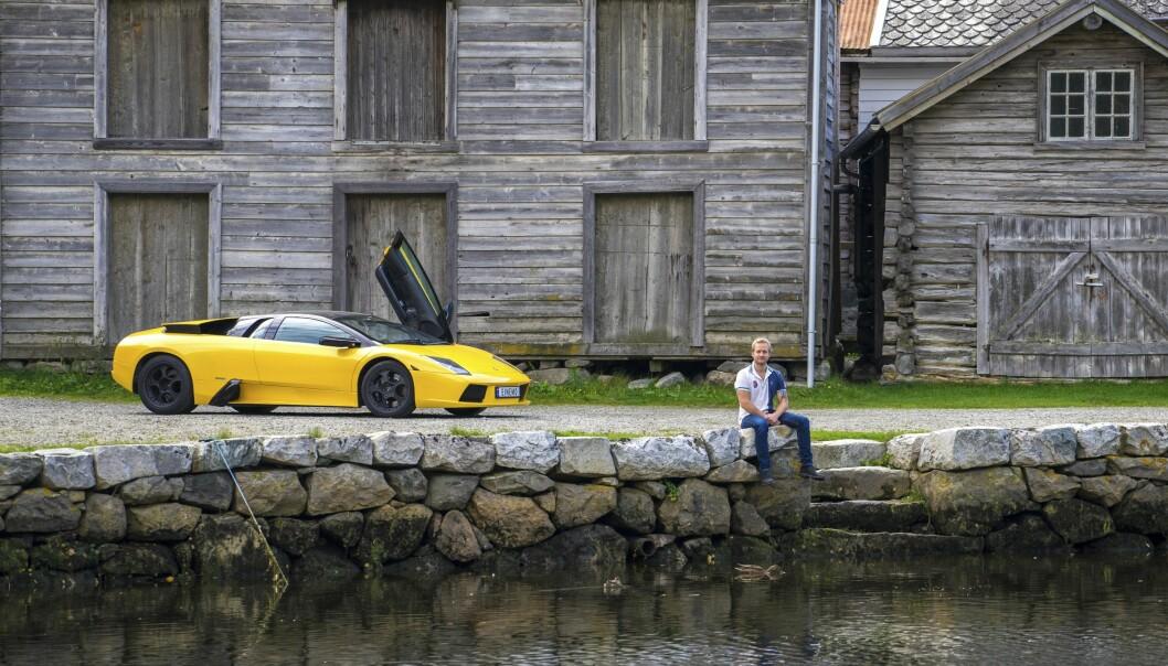 <strong>KONTRAST:</strong> En knallgul Murciélago er litt av en kontrast til den gamle trehusbebyggelsen på Lærdalsøyri. - Du ligger omtrent når du kjører, og den går som bare det. Det er helt rått, sier eieren. Foto: Paal Kvamme