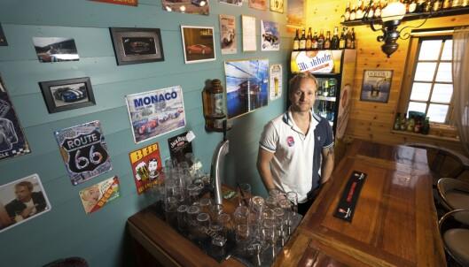 <strong>SMÅSNURREN:</strong> I puben Småsnurren er veggen fulle av motor-memorabilia. Selv gummiristen på bardisken har Lambo-logo. Foto: Paal Kvamme