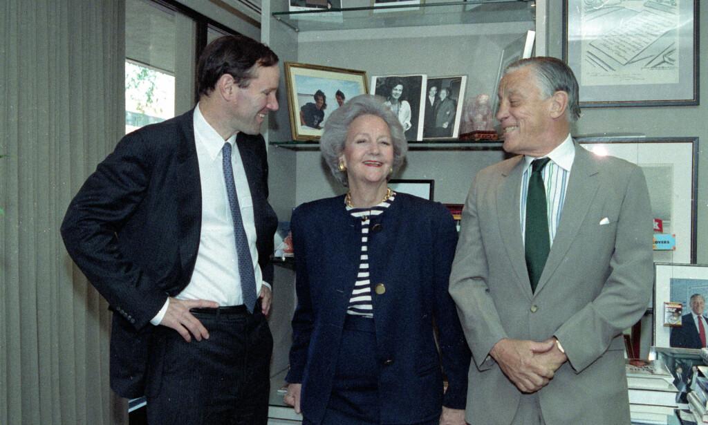 KATHARINE: Den ekte Katharine Graham, med sønnen Donald til venstre, og redaktør Ben Bradlee til høyre. Bildet er fra 1991. Foto: AP Photo/Dennis Cook