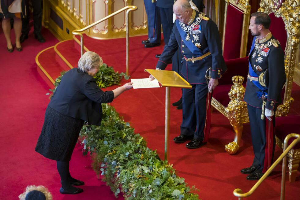 TID FOR TALER: Her ser vi Erna Solberg overlevere sin nyttårstale til kong Harald for godkjenning. Foto: NTB Scanpix