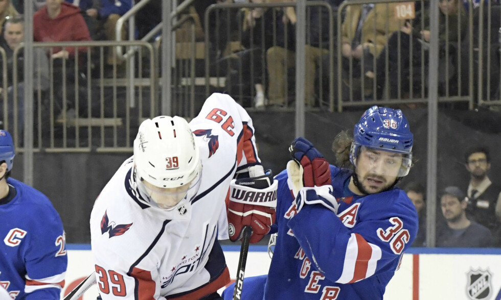 AVGJORDE: New York Rangers' Mats Zuccarello t.h. mot Washington Capitals' Alex Chiasson under første periode av onsdagens kamp i Madison Square Garden in New York. Foto: Bill Kostroun / AP / NTB scanpix