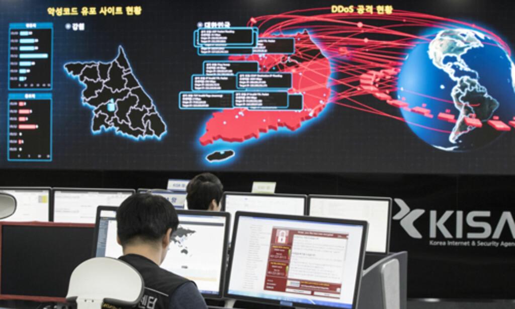 HACKERHÆR: «Best of the best» kalles Sør-Koreas egen elitestyrke innen hacking. De mener de lærer opp hackere med etiske reflekser og som skal forsvare landet mot angrep fra blant annet Nord-Korea. Her fra innsiden til byrået Korea internett og sikkerhet i Seoul i Sør-Korea. Foto: Yun Dong-jin / Yonhap via AP / NTB scanpix