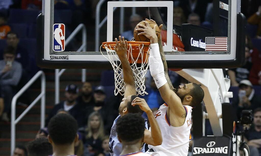 AVGJØR: Her dunker Phoenix Suns-center Tyson Chandler ballen gjennom kurven og sikrer seieren for Suns mot Memphis Grizzlies. Foto: AP Photo/Ross D. Franklin/NTB Scanpix